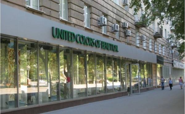 Locale bilivello con ampie pareti finestrate su Prospekt Lenina a Volgograd