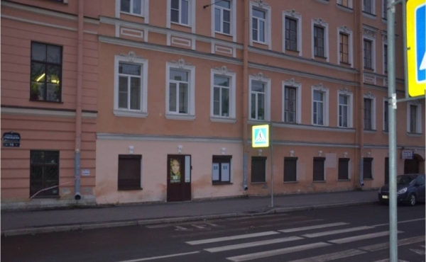 Locale fronte strada di 86 mq in vendita sul lungofiume Griboedov