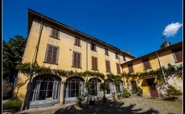 19th-century mansion for sale at a 15-minute drive to Lake Como