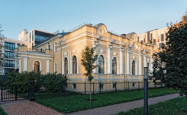 Palazzetto fronte fiume finemente restaurato in vendita su Krestovsky Ostrov