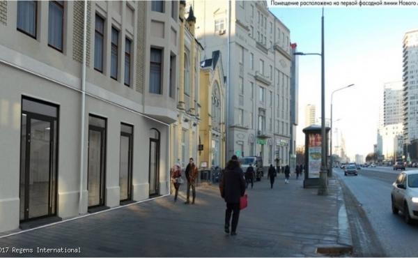 Locali fronte strada su Novy Arbat in posizione di forte passaggio