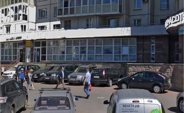 Spazio di 250 mq per ufficio/showroom/negozio a pochi passi dal metrò Komendantsky prospekt