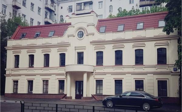 Palazzetto storico con parcheggio tra Smolenskaya e Park Kul'tury