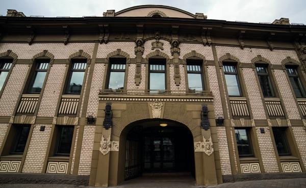 Elegantly renovated historic mansion near metro Rimskaya