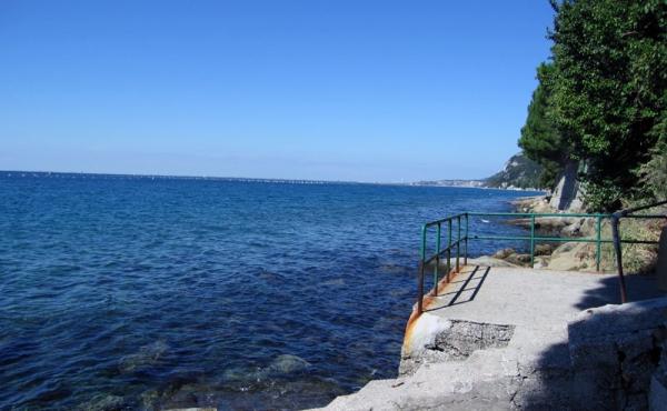 Villa con piscina ed accesso diretto al mare sulla costiera triestina