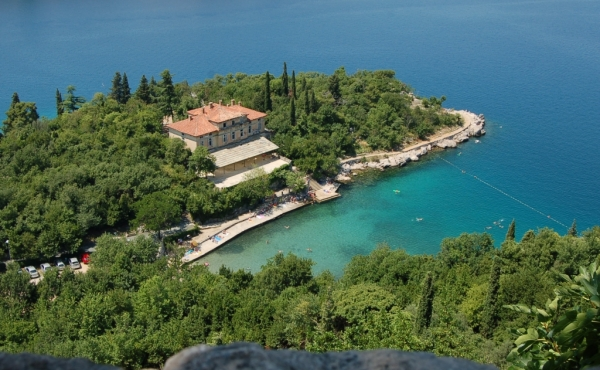 Seafront hotel calling for thorough renovation in Croatia