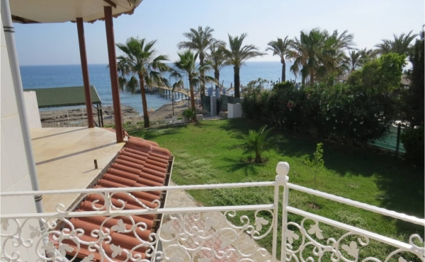 Seaside house for sale in coastal town in the Alanya district