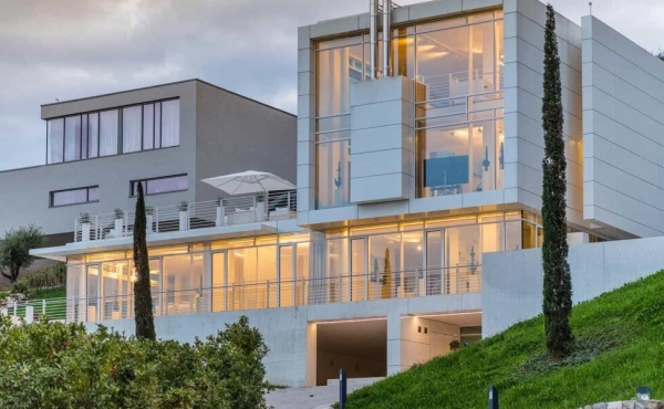 Unique villa with futuristic design for sale on Lake Garda
