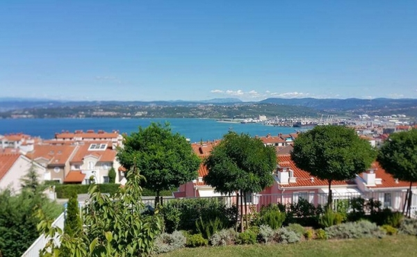 Semi-detached house with garden and sweeping views over Koper and the sea
