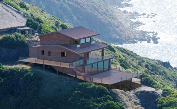 House on a cliff with direct access to the sea