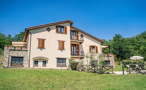 Country house with 5.4 ha. of land in Umbria