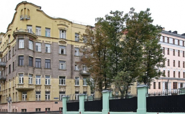 3-room apartment in elegant historic building near Chistye Prudy
