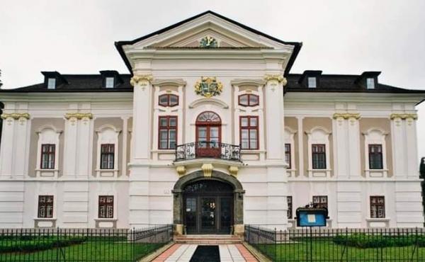 Tenuta storica in stile Rococò con ampio parco in Slovacchia