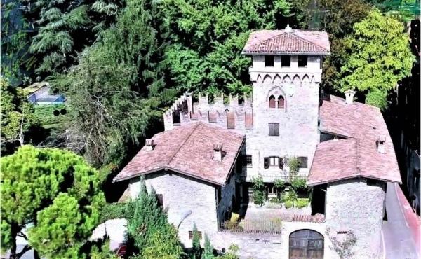 Castle with very nice garden for sale near the center of Bergamo