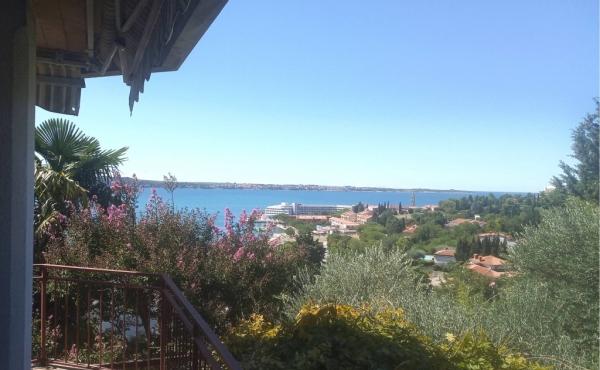 Отдельно стоящий дом с бассейном и видами на море в Портороже